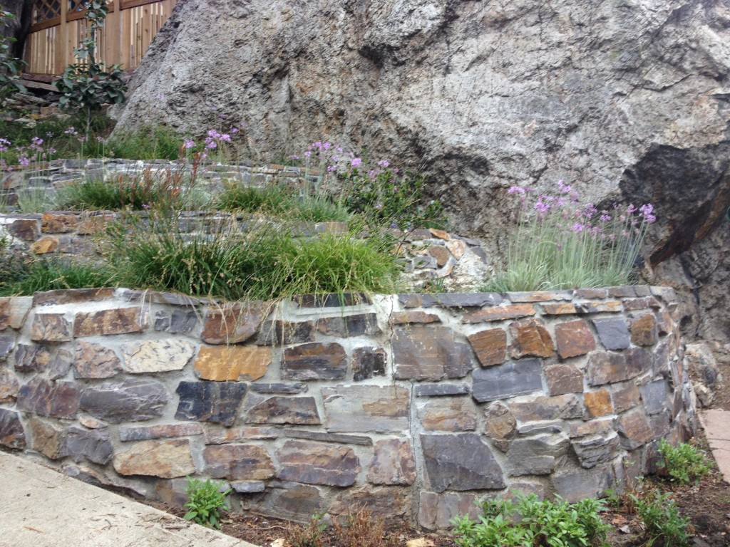 3 stone retaining wall ideas for hillside gardens for Rock wall garden